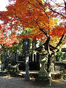надгробный камень над могилой